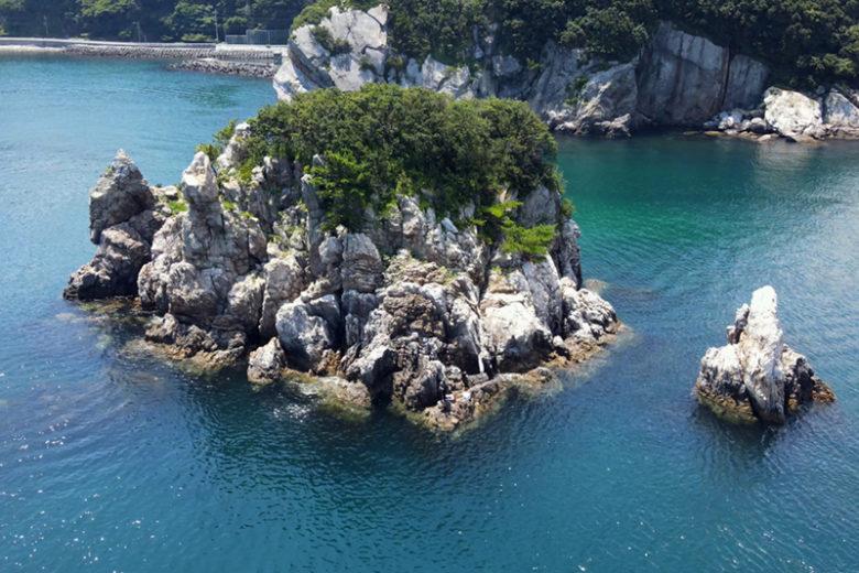 四浦半島の先端部に近いクズシ岩。猪熊さんが上礁したのは写真の中央にあたる正面というポイントで、狭い足場からの竿出しとなる。