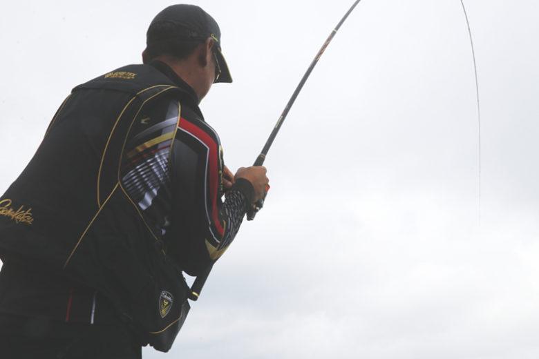 ハリスをいたわりながら魚を浮かせるスーパープレシード。竿が秘めた粘りを十分に発揮してきれいな曲線を描く。