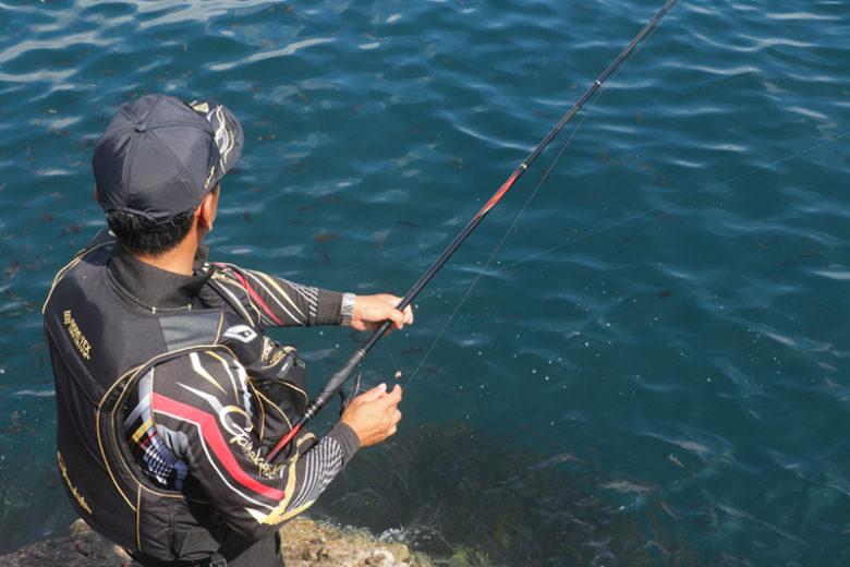足元にエサ盗りをクギ付けにして沖狙い。持ち重りのないスーパープレシードなら、意のままの釣りを展開できる。